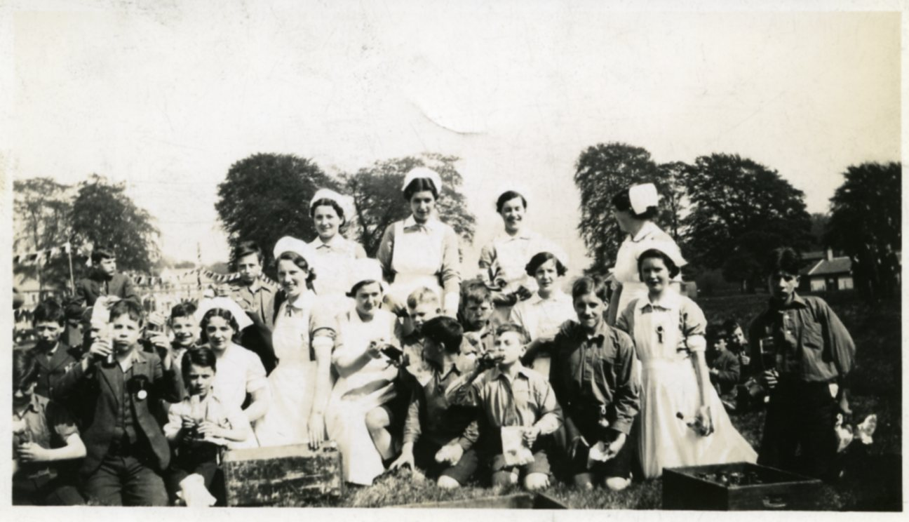 Image: Picnic in the grounds, c1937